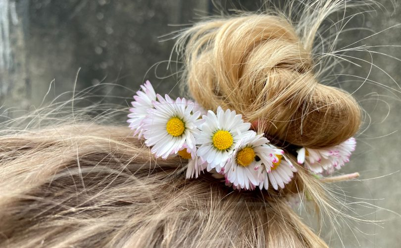 virágok kislány hajában