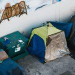 Vacsorára meghívott egy hajléktalant – most a közösségi finanszírozása apró otthont biztosított új barátjának